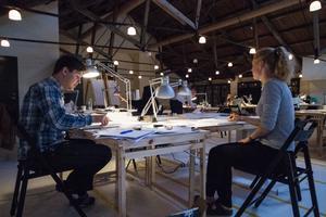 Elise Wiklund och Eric Norin går båda på arkitektutbildningen på KTH i Stockholm, de tycker att Ängelsberg är fint. Fast de har inte hunnit se så mycket eftersom de jobbar så hårt.