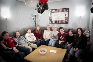Det var trångt i hörnsoffan när det nya rummet på ungdomsgården i Vika invigdes under fredagen.