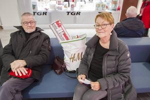 Bert och Berith Häggström har rest tio mil för att handla sina julklappar.