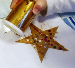 Julkort. Att få en hälsning på ett hemmagjort julkort är uppskattat. Låt barnen måla och klistra ihop juliga motiv.