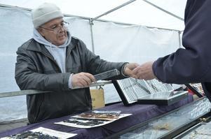 Salah Bechichi hade knappt hunnit packa upp innan den första kunden var på plats. Ett nytt armband till en klocka fick han sälja.