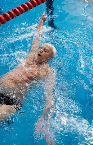 Tamas Borossy från Lidingö var i en klass för sig på 100 meter ryggsim. I herrar 85–89 år var han i ensamt majestät.