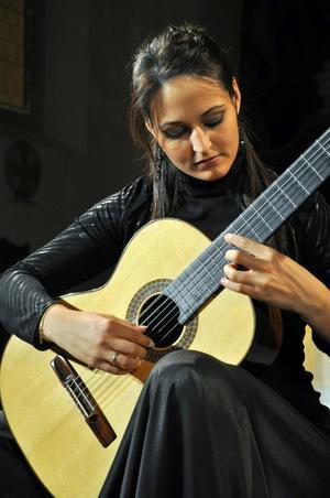 Allt fler spanska kvinnor tar sig an den traditionellt manliga gitarren. Anabel Monesinos är turnerande världssolist.