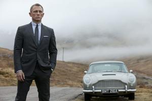 Trots att Daniel Craig har skapat en modern James Bond är nostalgin ständigt närvarande - som när han tar en tur i filmseriens klassiska Aston Martin DB5, komplett med kulsprutor i framlyktorna.