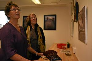 Hobbykonstnärerna Kerstin Lundh (närmast) och Maria Genborg ställer ut på det nya galleriet på Stöökagatan 10 i Askersund.