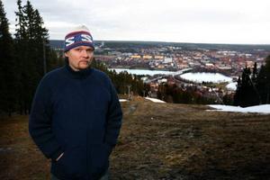 """Här på Frösöberget skulle Björntanden byggas. Stadsdel norr i bakgrunden skulle sätta sprätt på Östersund. Nu kommer Jens Ganman med """"Kungen av Jämtland"""" om Maths O Sundqvist."""