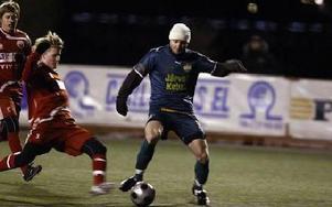 STEGET FÖRE. Nya storlaget Dalkurd hade inga större problem att besegra unga Falu FK i kylan på torsdagskvällen.FOTO: JOHNNY FREDBORG