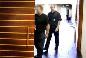 HÄKTAD. Den 44-årige småföretagaren på väg in till söndagens häktningsförhandling. Mannen häktades som på sannolika skäl misstänkt för medhjälp till mordförsök.
