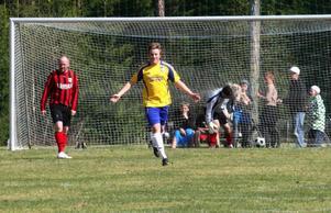 En halvtimme in i matchen, målvakten Johan Eggen sträckte sig i låret.– Jag står kvar, man biter ihop.Mattias Larsson lobbade in 2-1 över Kälarnes målvakt Kjell Erixon.