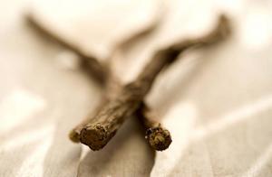Rålakrits består av rötter som har malts till ett pulver och kokats till rent lakritsextrakt.Foto: Anders Wiklund/TT