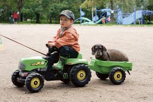En traktorförare med dyrbar last. Bild: Privat.