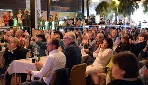 Lena Broman från Mora visslar glatt efter Ordinarys framträdande tillsammans med en entusiastisk publik.