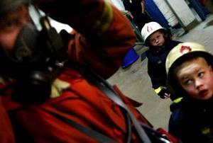 Plötsligt går ett riktigt larm. Kasper Johansson och Dennis Lindberg Viking backar och ser häpna på när brandmännen kommer springande och hoppar i sina uniformer.