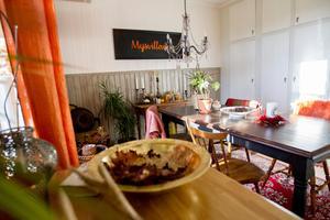 I köket hänger egenproducerade tavlan med texten Mysvillan.