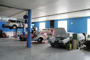 I verkstaden finns just nu två bilar som ska fixas upp åt kunder, en i Gävle och en i Umeå. Den röda Audin är en av tre bilar som ska följa med till Elmiamässan, där Custom Parts kommer att ha en stor monter i år.