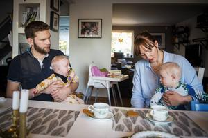 Mia Kristoffersson och Aron Pennling är föräldrar till två tvillingpar, Nore och Vera är fyra år och Stellan och Folke är sex månader.