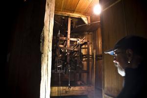 Kyrkvaktmästare Gösta Barreby tittar också upp i kyrktornet och gläder sig åt att de nya lamporna har sju års lystid.