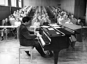Musikdirektör Bror Samuelsson hade lektion med de nya musikklasserna för första gången i onsdags. Här över han körsång med den klass som enbart består av flickor. All musikundervisning äger rum i ett speciellt annex till Kristiansborgsskolan. Annars läser klasserna i Blåsboskolan. Så stod det att läsa i VLT i augusti 1962.