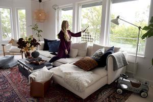 Idéerna till hemmafixaren Monica Karlsteins projekt kommer ofta från behov som uppstår på hemmaplan. När ettårige sonens leksaker spred ut sig i vardagsrummet gjorde hon exempelvis en läderkorg att förvara dem i.