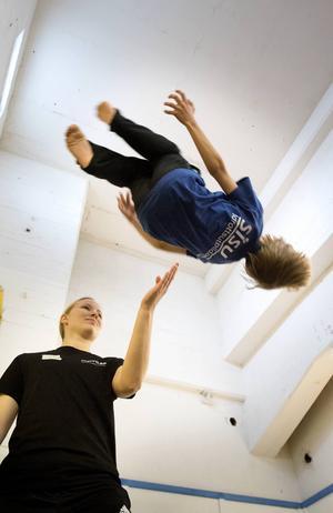Lovisa Carlsson är en av många idrottsledare som hjälper till under dagen.
