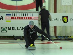 Krister Karlsson sätter en sten i curlinghallen, Ljusdal.