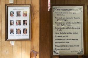 Porträtten av de nio som sköts ihjäl i kyrkan Mother Emanuel i Charleston i South Carolina. Under minnestavlan finns en kontakt och ett skotthål, övertäckt av vit tejp.