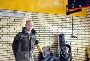 I det som ska bli Bilprovningen var det tidigare en besiktningshall för militärfordon och lokalen har tillhört I5. Nu senast har lokalen använts till undervisning av elever på fordonsprogrammet. Tommy Persson är nöjd med valet av lokal.
