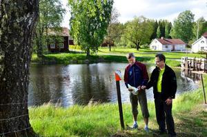Naturupplevelse. Kontrollerna för cykelorienteringen har förlagts till natursköna platser som här vid dammen i Dohnafors. Tomas Olausson och Tomas Molin kontrollerar på kartan så att skärmen sitter på rätt plats.