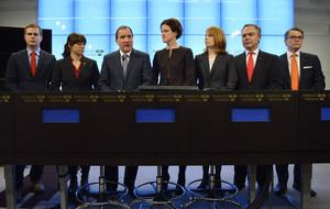 Förtroendet för de etablerade partierna kan återskapas, och Sverigedemokraternas tillväxt bromsas, om S- och Allianspartierna bygger vidare på de delar av decemberöverenskommelsen (DÖ) som handlade om att skapa gemensamma förhandlingsgrupper i frågorna pensioner, energi och försvar, och tillsätta liknande grupper i flera andra frågor. Den del av DÖ som handlade om att cementera konfrontation mellan de båda blocken kan skrotas i tysthet. Genom att inte ta hänsyn till Miljöpartiets avoghet mot arbetslinjen, kärnkraft, tillväxt, flyg- och vägtransporter kan MP pressas att lämna regeringen.
