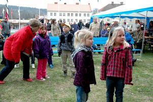 Saga Ståhl och Fanny Karlsson gillade Kalasbandets framträdande. De var dock väldigt sparsamma med dansstegen.