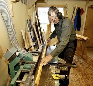 Att Martin inom kort fyller 87 år är det svårt att förstå när han på lätta ben rör sig mellan sina olika maskiner.