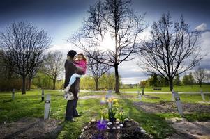 Påskliljor till Rim. I förra veckan besökte Manal El Banna och döttrarna Layal, tre år, och Alaà, åtta år, lillasyster Rims grav vid Norra kyrkogården. De planterade påskliljor, som Rim tyckte mycket om, och tulpaner, och Layal blev ledsen när de skulle gå. Besöket vid graven var ett av de sista innan familjen måste lämna Sverige.