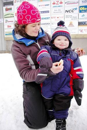 Familjen Tjärnback/Selin från Ytterberg utanför Sveg, är väldigt skidintresserade. Här tar mamma Anna-Karin Tjärnback och Axel Tjärnback-Selin, 1,5 år, en välförtjänt matpaus efter allt hejande.