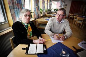 """Carina Grinde, präst i Torvalla, och Bengt Ålkils, frivilligarbetare inom kyrkan, tycker att det är tråkigt att fängelset inte kommer att ligga inom """"deras"""" församling. Torvalla ligger i Brunflo församling.– Fängelset kommer, om de inte flyttat det någon meter, att ligga inne på Östersunds församling. Och det är lite tråkigt. Annars hade vi fått ansvaret som kyrka, säger Carina Grinde.– Ja, det känns ju lite konstigt eftersom fängelset kommer att ligga här, säger Bengt Ålkils.– Fast det kan ju ändå bli någon besöksgrupp eller sådant här i från oss, säger Carina Grinde.Några farhågor?– Nej, jag har faktiskt inte hört några farhågor alls, säger Carina Grinde."""