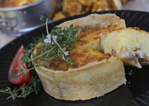 Små portionspajer med kantarellfyllning är läckra att servera, som ensamrätt eller till de stundande kräftorna.   Foto: Dan Strandqvist