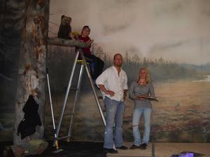 Vy av Koppången. Göran Löving och Camilla Lund, från Alingsås, har målat dekorerna i det nya rovdjurscentret. På bilden även Emil Börjesson som justerar en uppstoppad björnunge i det konstgjorda naturlandskapet.