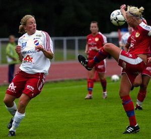 Mållös. Mia Eriksson, till vänster, här i matchen mot Gustafs i onsdags, har, likt hela Kvarnsveden, nu inte gjort mål i tre raka matcher. I går räckte det ändå till cupseger mot Gagnef. Foto:Johan Larsson