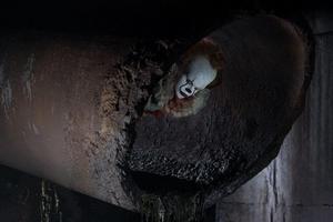 En egendomlig clown dyker upp i lilla Derry i samband med att staden drabbas av en brutal mordvåg.