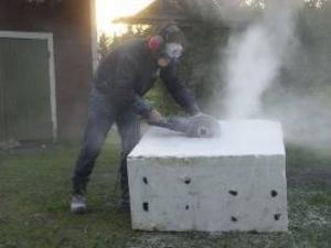 I början av juli satte Måd Demår igång att bearbeta stenblocket som skulle bli konstnärlig utsmyckning på förskolan Stadsdel Norr. Foto: Privat
