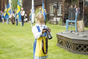 5-åriga Saga Fors fotograferade festligheterna på hembygdsgården i Ljusdal.