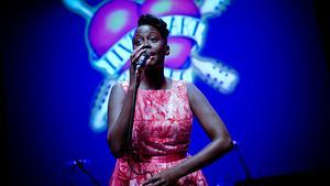 Ugandas sjönsjungande bluesdrottning Evon inledde galan på Hjalmar Bergmanteatern.