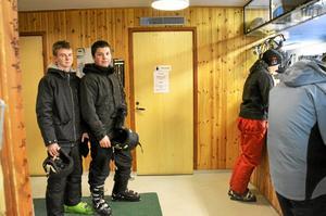 Nöjda. Niklas Allansson och Adrian Bluckert från 9a och 9b på Fröviskolan spenderade friluftsdagen i slalombacken.