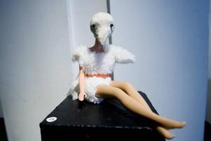 """Annorlunda Barbie. Frida Lindgren och Sara Dunker ligger bakom verket """"Kerstin"""", en Barbiedocka sombland annat fått näbb."""