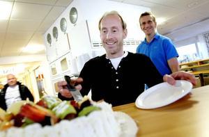 NÖJD. Janne Wessling, som jobbar på Sandvik SSD och är mångårig Unionen-medlem, tar för sig av tårtan.
