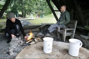 Här kring lägerelden på Åsgård brukar släkten Lindqvist med vänner samlas för att spela, sjunga och glädjas tillsammans.