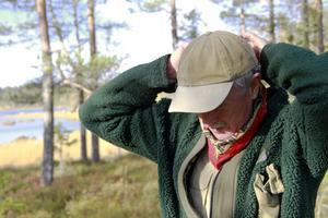 Att synas i skogen är viktigt, ofta har Lars Persson något orangefärgat på mössan – och gärna en snusnäsduk i rött kring halsen.