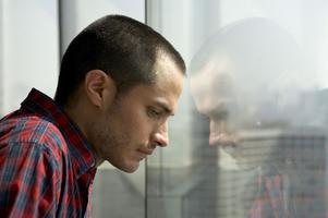 Insikt. Leo (Gael Garcia Bernal) ser smutsig storstad där arbetarna bär munskydd. Som lyxhotellgäst förses han själv med syre på burk.
