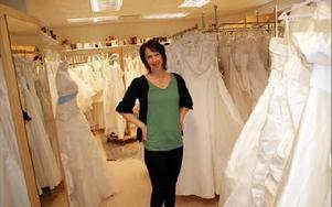 I valet och kvalet....Anna Haars från Malung reste på onsdagen till Borlänge för att prova ut sin brudklänning inför vigseln i maj.FOTO: KERSTIN ERIKSSON