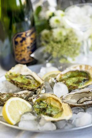 Örtgrillade ostron är ett spännande alternativ som känns lagom nyårslyxigt. Spara några neutrala för dem som föredrar dem råa.Foto: Leif R Jansson/TT