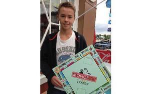 Oliver Rolands spelade mycket Monopol under semesterresan. Nu har han tagit fram en lokal spelplan som han hoppas ska bli en uppskattad variant. Foto: Christer Gruhs